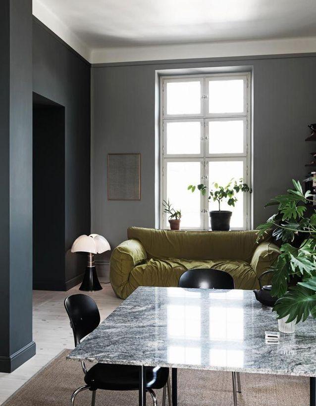 lampe de créateur Pipistrello salon sombre mur noir canapé moutarde vert blog déco clemaroundthecorner