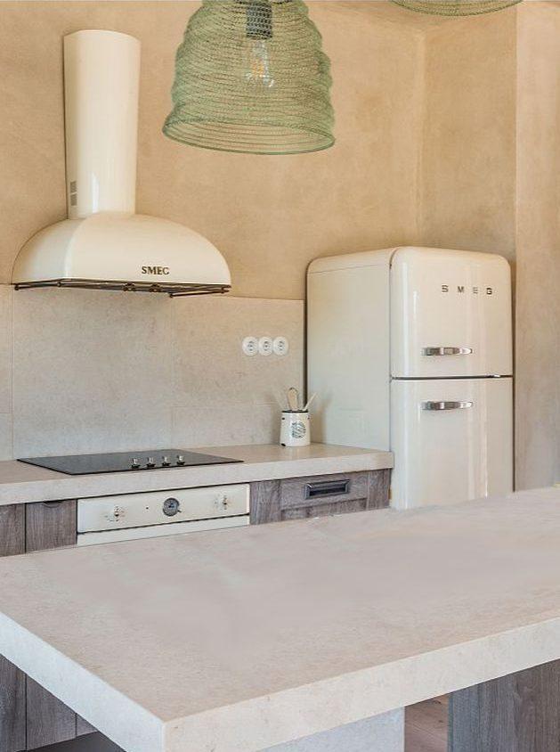 maison en grèce cuisine ouverte blanc