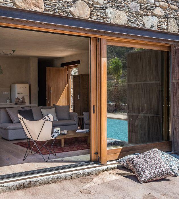 maison en grèce vitres salon butterfly fauteuil