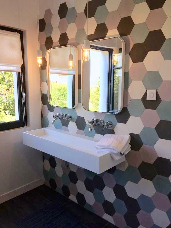 villa avec rooftop à Biarritz salle de bain papier peint carrelage hexagonal mur art déco blog clemaroundthecorner