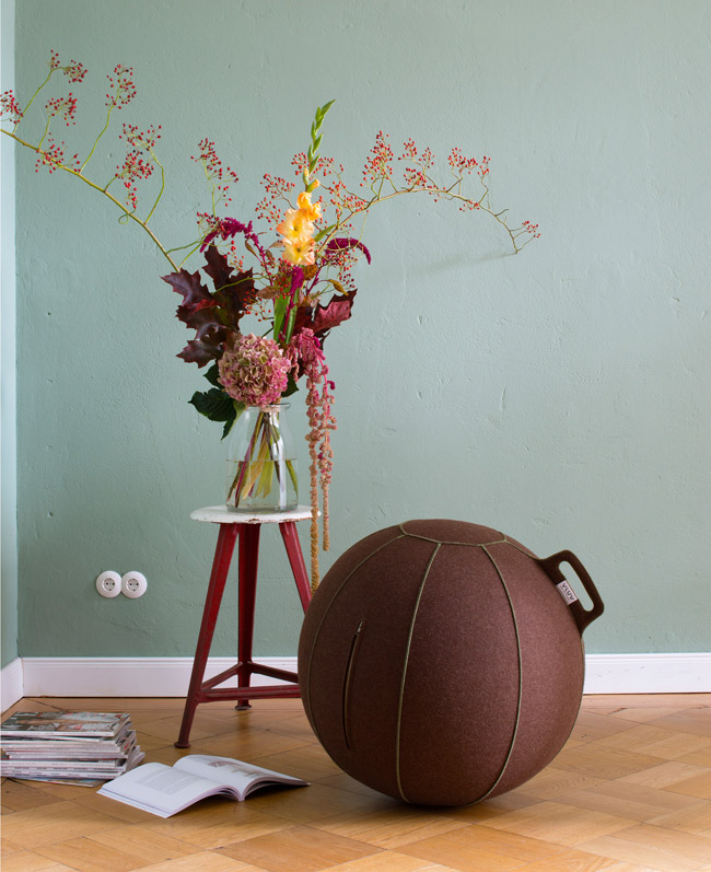 VLUV salon vert anis peinture mur ballon siège fitball yoga design - blog déco - clem around the corner