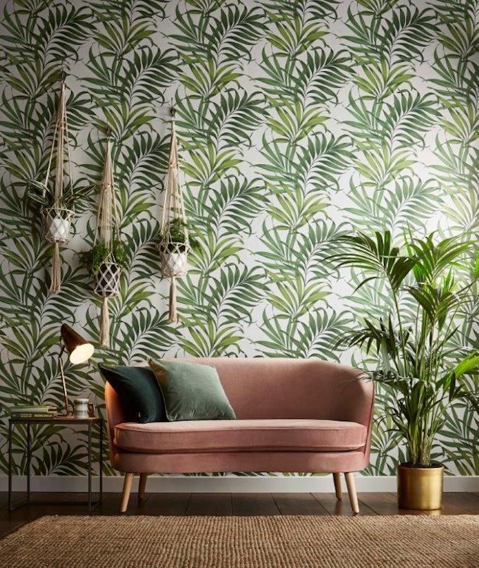 GRAHAM BROWN salon tropical tapisserie papier-tenture motif feuillage urban jungle canapé vieux rose velours