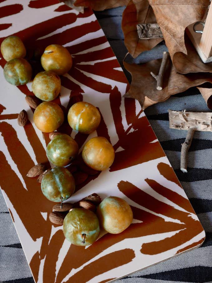 idée déco d'automne à faire soi-même buffet plateau motif feuilles mirabelles prunes jaune marron bois