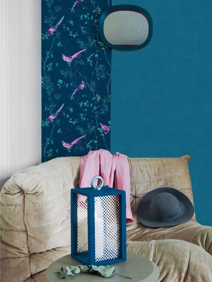 fauteuil togo beige velours mur de couleur bleu tapisserie décoration bougie feutrine - clem around the corner - blog déco
