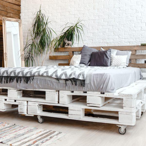 comment faire un lit en palette de bois blanc roulette diy tuto guitare blanche mur briques bois plantes clemaroundthecorner blog déco