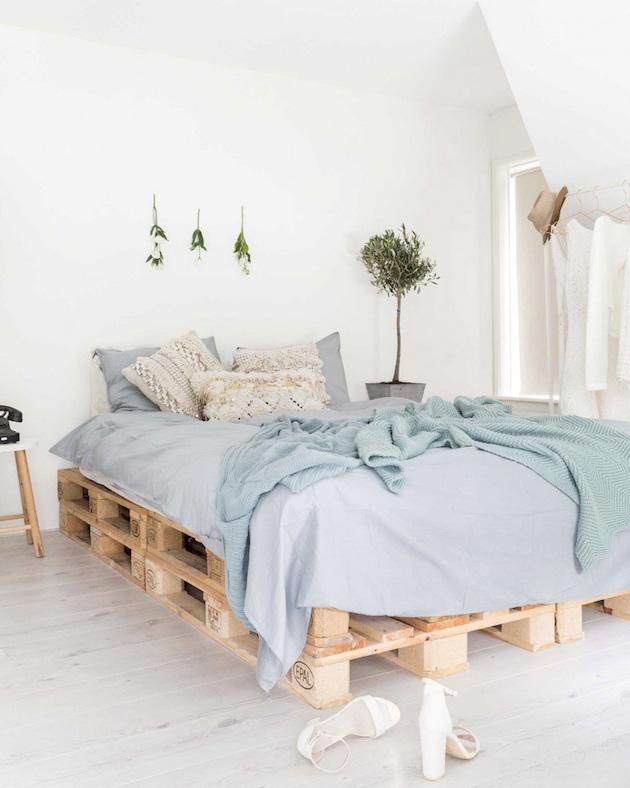 comment faire un lit en palette cosy vert plantes bleu chambre