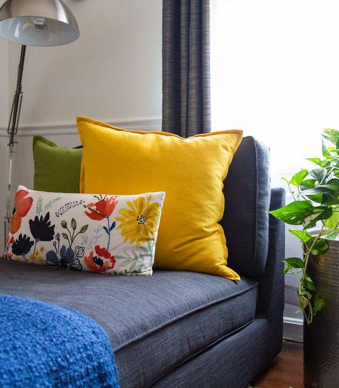 appartement minimaliste méridienne coussin floral plantes vertes plaid clemaroundthecorner blog déco
