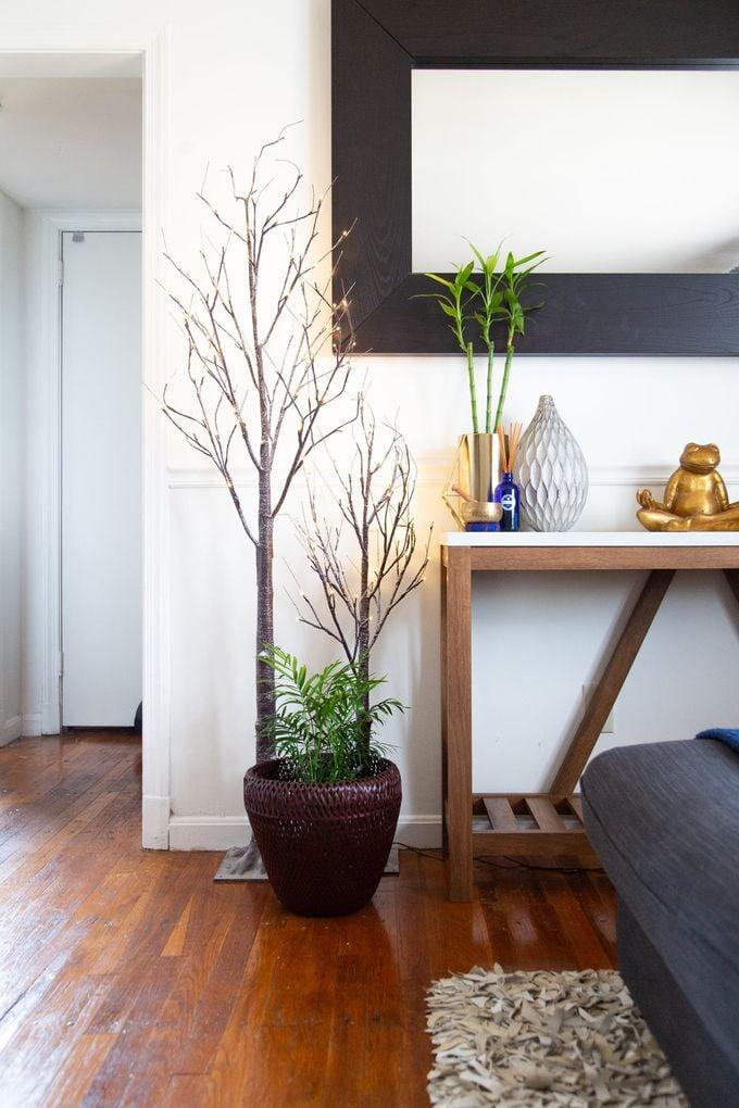 appartement minimaliste parquet bois meridienne miroir plantes vertes clemaroundthecorner blog déco