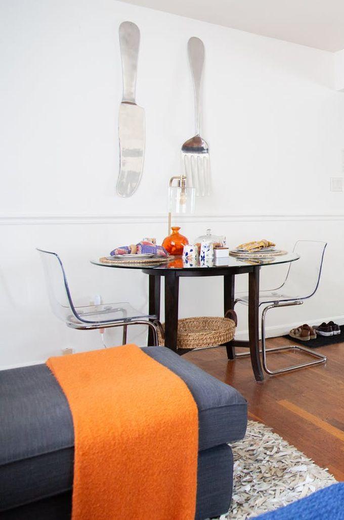 appartement minimaliste parquet bois méridienne table chaise décoration ethnique télévision clemaroundthecorner blog déco