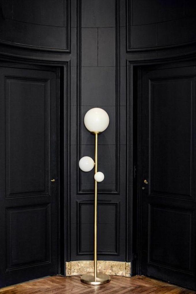 peindre noir appartement parquet entrée couloir peinture sombre art déco design lampe sur pied