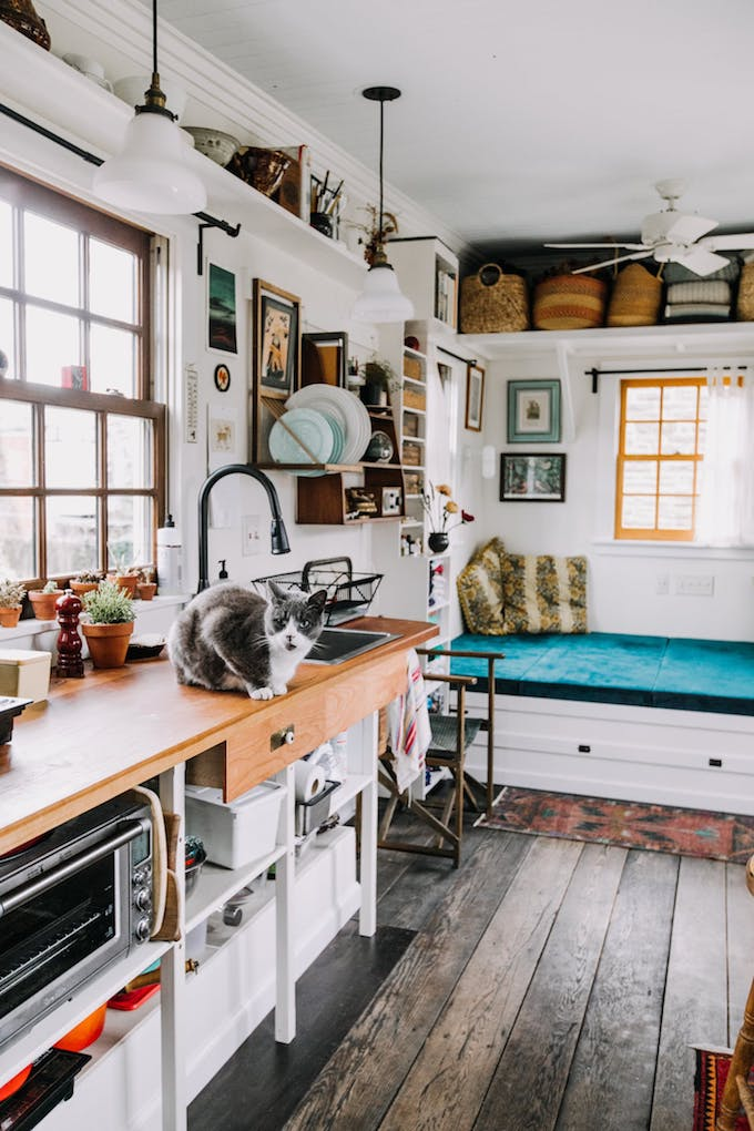 petite maison simple cuisine bois cerisier chat lavabo évier customisation diy rangement petit espace surface 15m2 roulotte