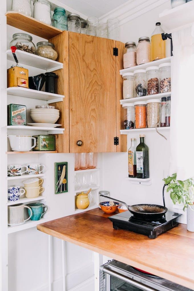 petite maison simple aménagement rangement cuisine gain de place bois cerisier blog déco