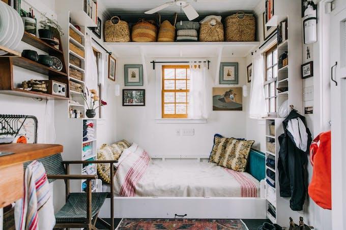 petite maison simple lit canapé espace ouverture eclectique intérieur cosy 15m2 petit espace maisonnette décoration design bohème vintage