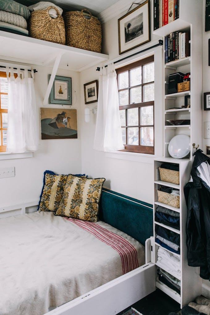petite maison simple lit coussin salon chambre petit espace étagère entrée rangements gain de place économiser