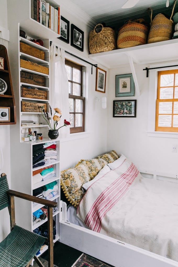 petite maison simple lit coussin couverture espace repos chambre idée 15m2 studio meuble intégré