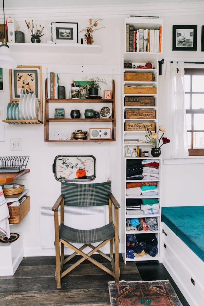 petite maison simple chaise vintage étagère rangement bureau décoration design blog déco chiner