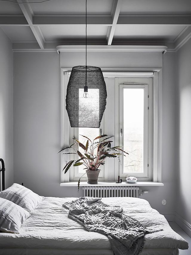 chambre suspension grillage noir design aménagement fenêtre planche sur radiateur coin lecture