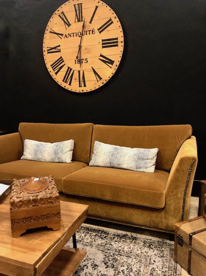 usine mode et maison salon mur noir canapé velours jaune moutarde - blog déco - clem around the corner