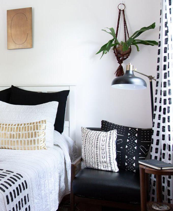 apaprtement minimaliste lit linge blanc décoration ethnique blanc noir clemaroundthecorner blog déco