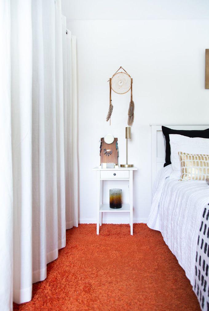 appartement minimaliste tapis orange linge de lit ethnique or noir clemaroundthecorner blog déco