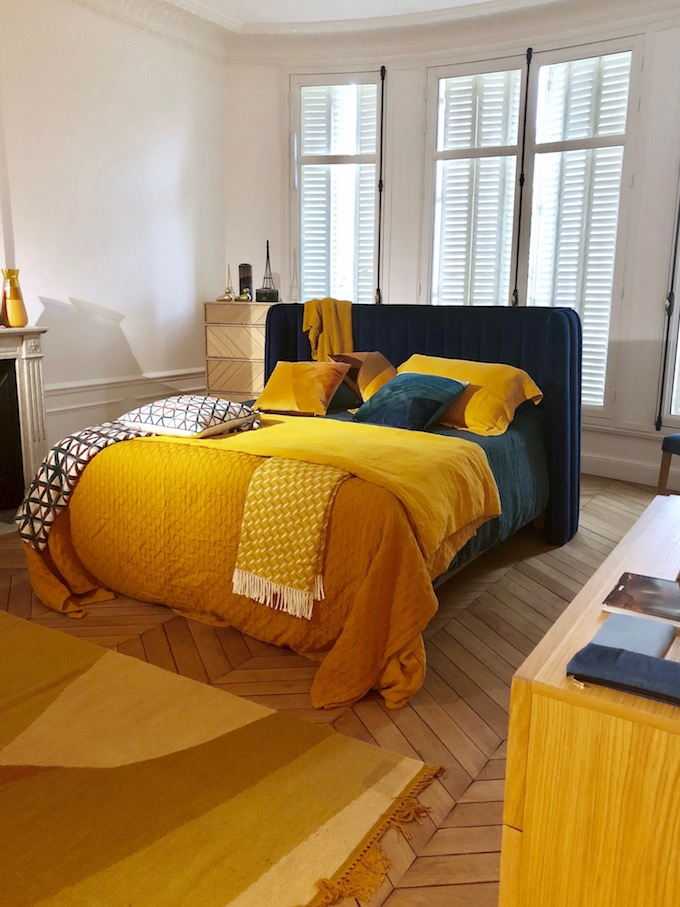 chambre jaune moutarde deco tête de lit velours bleu - blog décoration - clem around the corner