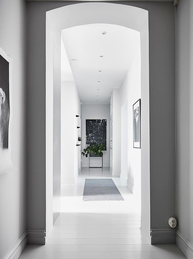 couloir gris et blanc shades of grey - blog déco - clem around the corner