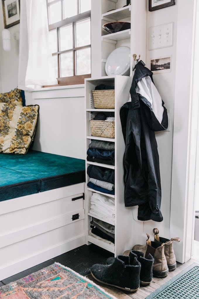 petite maison simple entrée lit chambre porte extérieur porte manteau simplicité organisation rangement