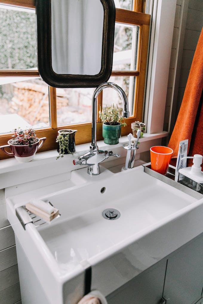 petite maison simple ikea lavabo meuble évier fenêtre salle de bain design