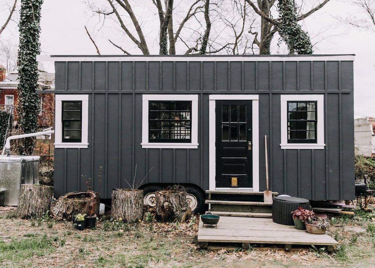 petite maison simple roulotte 15m2 rénovation diy customisation noir extérieur jardin