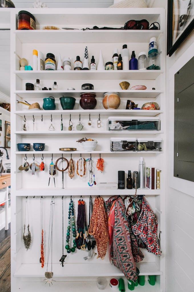 petite maison simple salle de bain bijoux accessoires rangement déco design diy