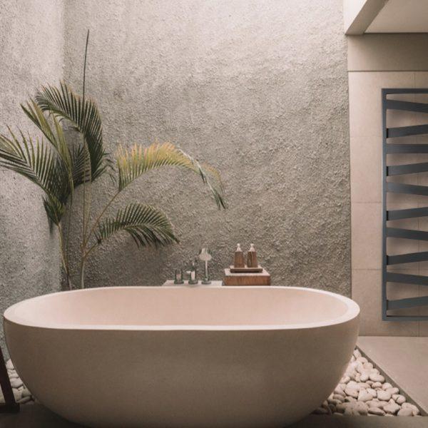 repose serviette chauffant salle de bain nature bois panier baignoire ocre pierre plantes verte blanc terre clemaroundthecorner blog déco