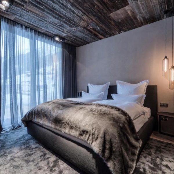 hôtel chic en pleine montagne parquet au plafond tapis fourure vue blog déco clem around the corner