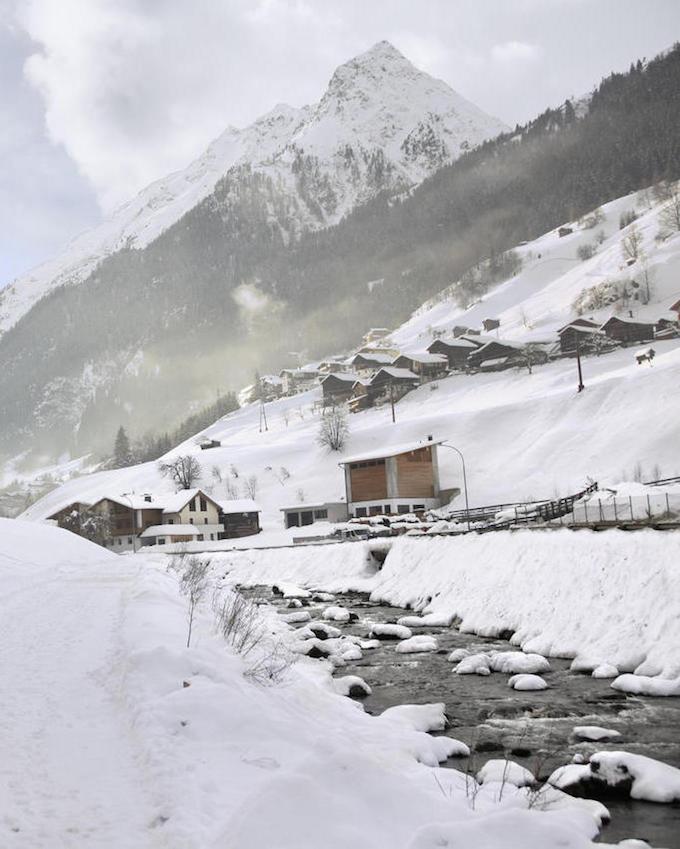 hôtel chic en pleine montagne neige ruisseau tyrol autriche blanc blog déco clem around the corner