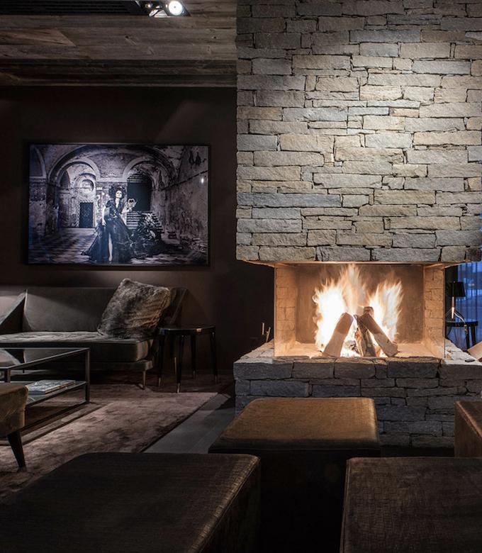 hotel chic en pleine montagne bar lounge cheminée feu fourrure salon salle commune blog déco clem around the corner