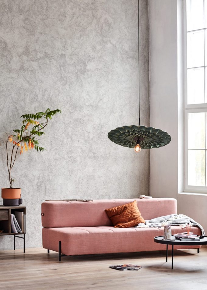 design luminaire tissu origami pliage rond disque de tissu fold northern salon canapé rose poudré mur béton ciré