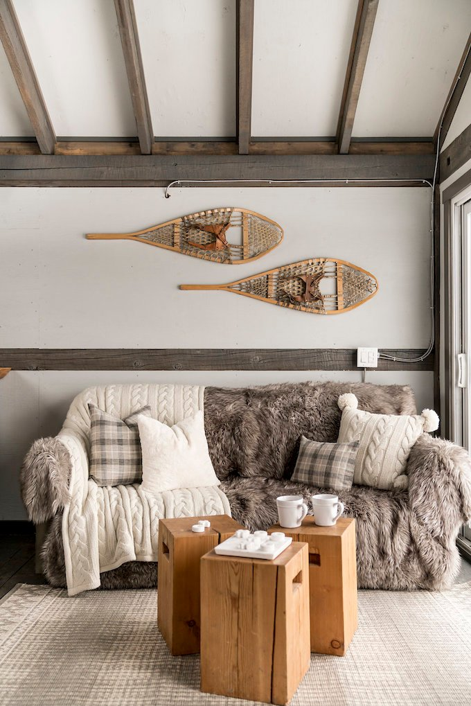 petit chalet vintage salon hygge montagne style cosy blog déco clem around the corner