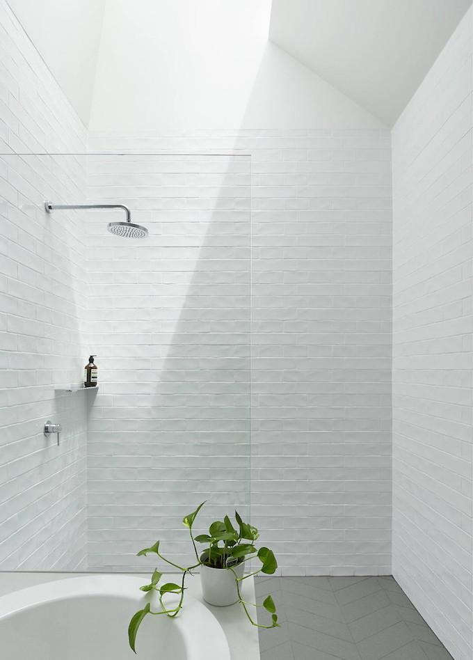 maison avec puits de lumière baignoire douche carreaux blanc lumineux plante verte blog déco clem around the corner
