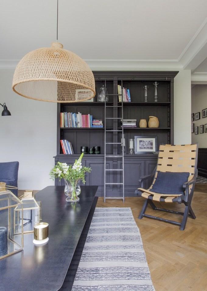 bohème scandinave étagère noire bibliothèque suspension rotin osier chaise cuir tapis échelle blog déco clem around the corner