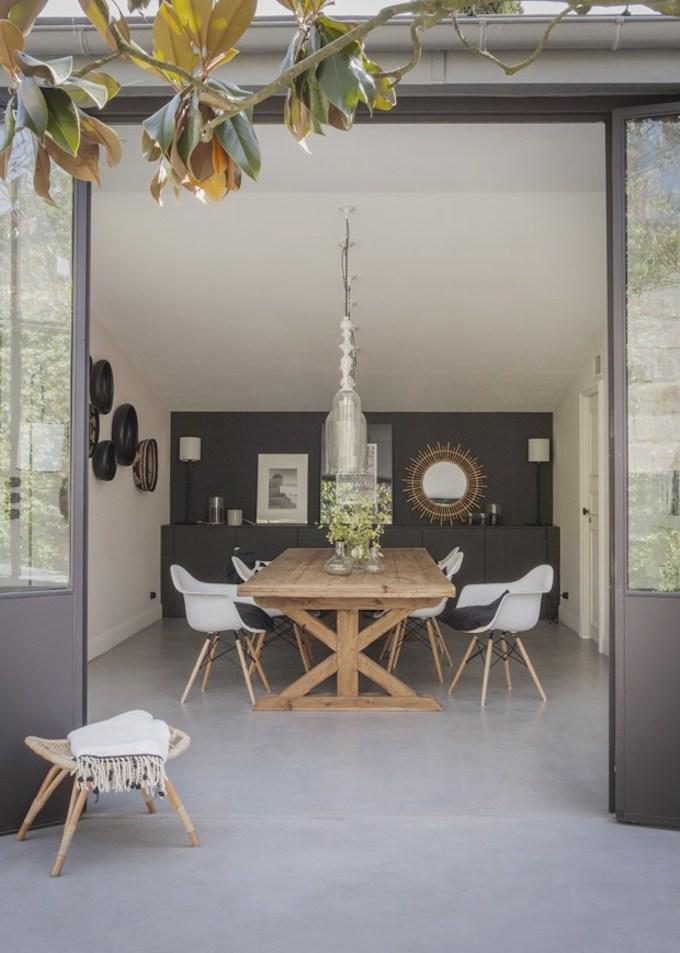bohème scandinave chaise table bois miroir soleil tabouret mur noir sol béton cire blog déco clem around the corner