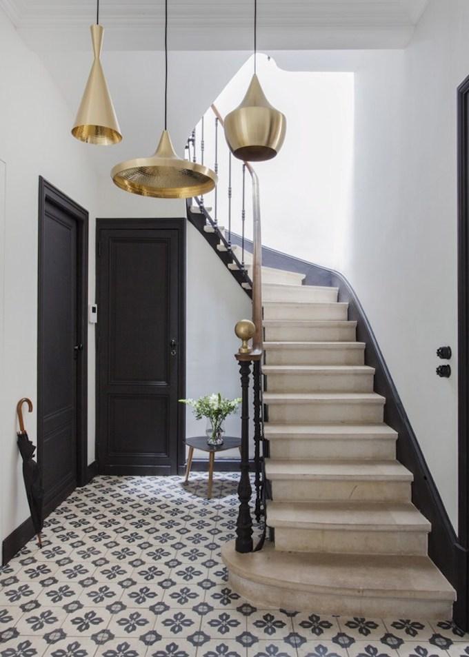 bohème scandinave décoration carreaux de ciment escalier pierre porte noir suspension doré blog déco clem around the corner