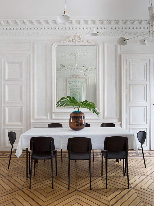 chaise jean prouvé lampe serge mouille séjour pied-à-terre parisien - blog déco - Clem Around The Corner