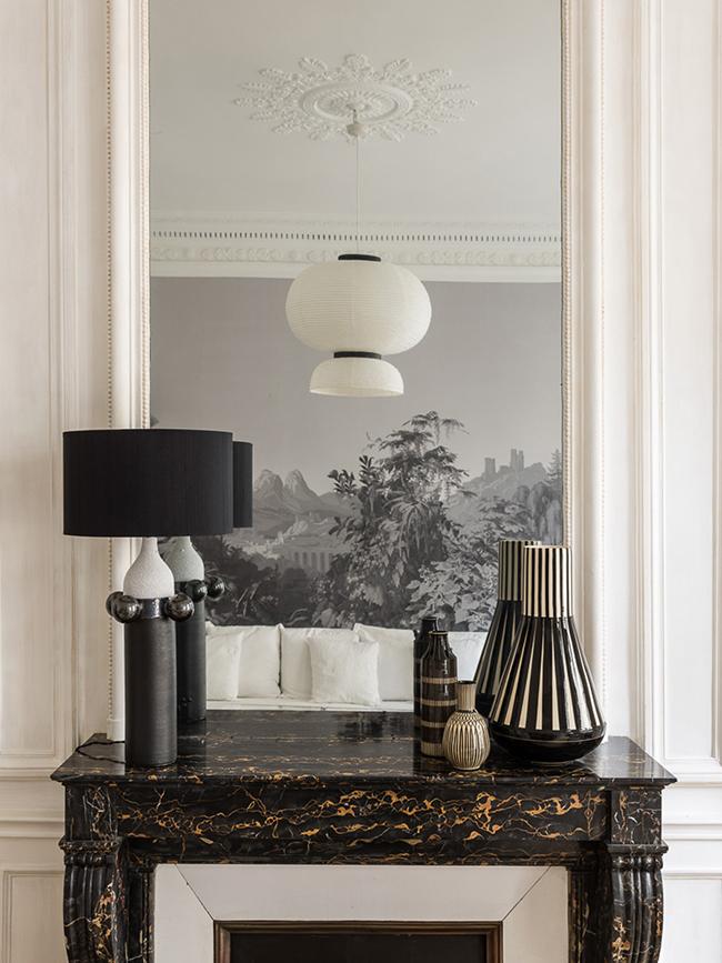 cheminée marbre noire or doré pied-à-terre parisien - blog déco - Clem Around The Corner