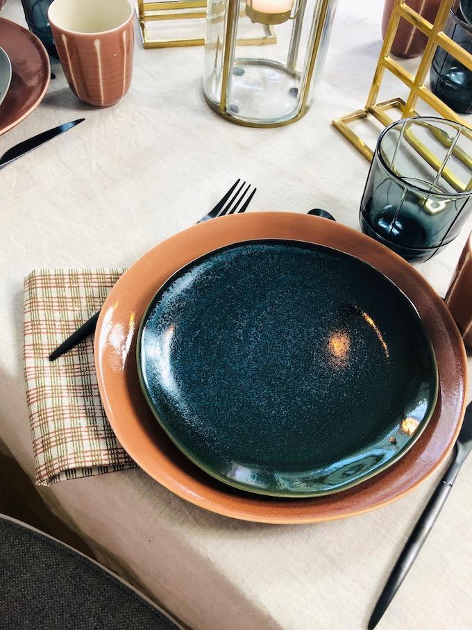 décoration table d'automne assiette grès traditionnel bleu foncé irrégulière - blog déco - Clem Around The Corner