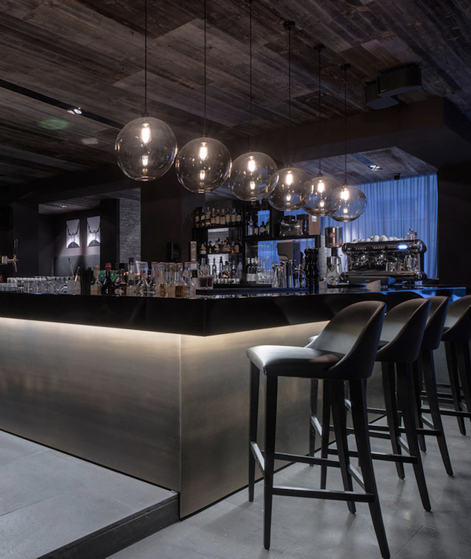 hôtel chic en pleine montagne bar lounge tabouret design luminaires suspension blog déco clem around the corner