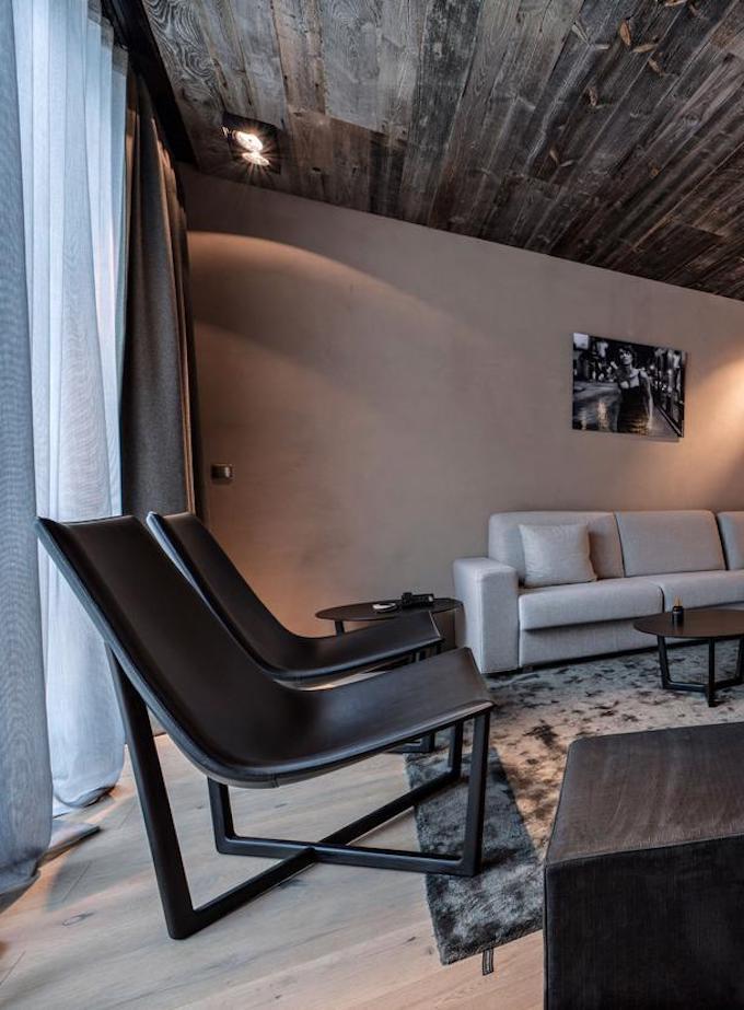 hôtel chic en pleine montagne parquet plafond canapé cheminée pierre fauteuil blog déco clem around the corner