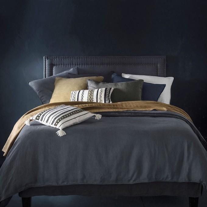 linge de lit en chanvre textile coussins couleurs foncé couette chambre tête de lit blog déco clem around the corner