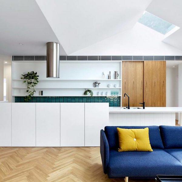 maison avec puits de lumière salon séjour cuisine ouverte canapé bleu meuble bois blog déco clem around the corner