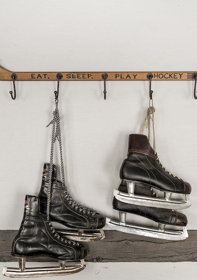 petit chalet vintage crosse hockey patins à glace blog déco clem around the corner