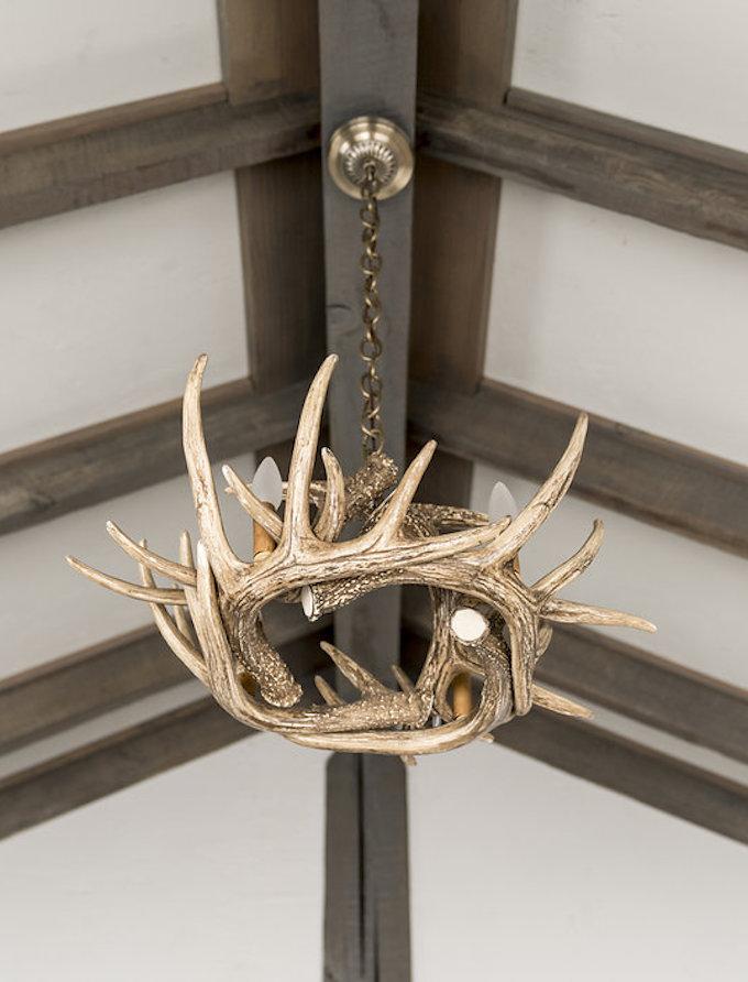 petit chalet vintage lustre bois de cerf toit blog déco clem around the corner