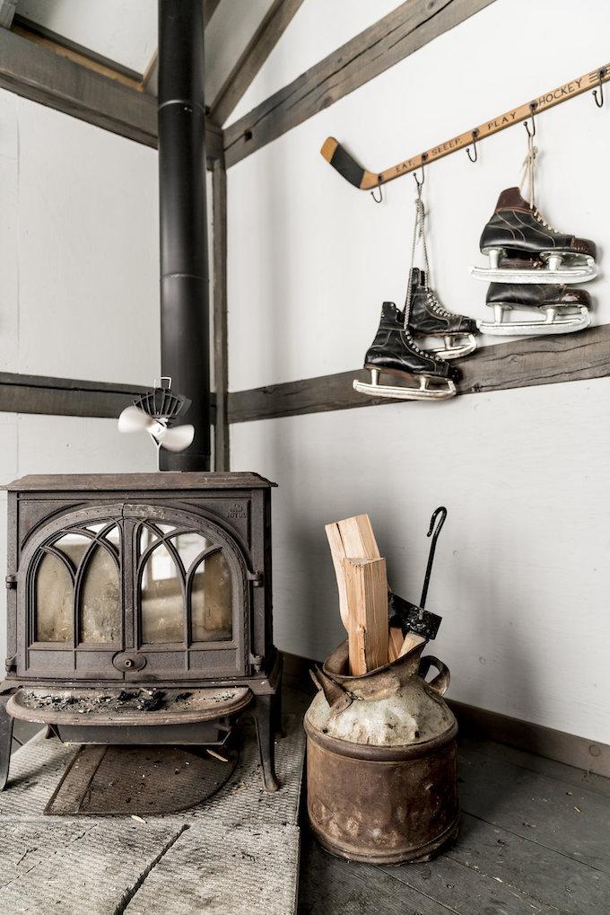 petit chalet vintage poêle chauffage cheminée patins à glace maison blog déco clem around the corner
